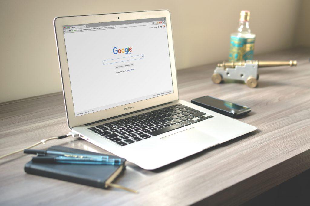 Open laptop met op het scherm google.